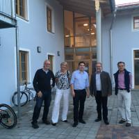 Sepp Parzinger mit Bürgermeister Rainer Schroll und Vachendorfer Bürgern am Haus der Dorfgemeinschaft